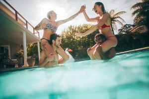 Pool-Party feiern im Sommer